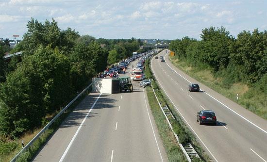 Penyebab terjadinya kecelakaan mobil di jalan tol