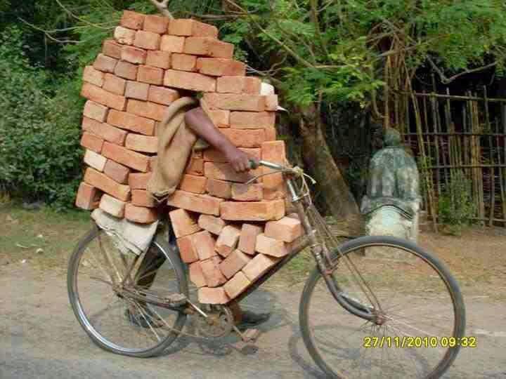 mengangkut batu bata dengan sepeda ontel