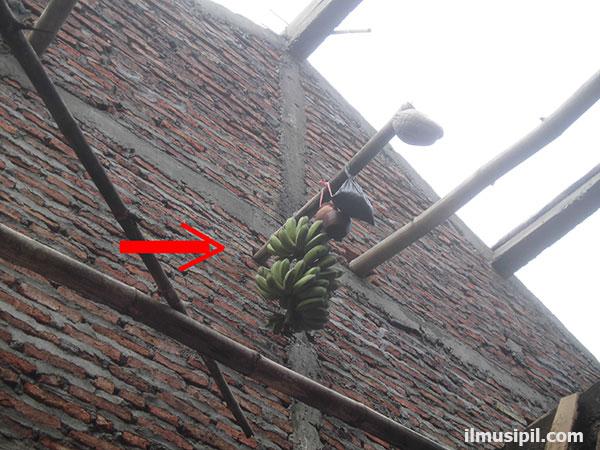 sajen saat memasang atap rumah